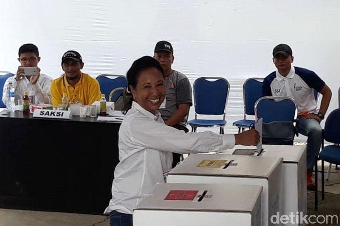 Menteri BUMN Rini Soemarno nampak semringah saat akan memasukan surat suara ke kotak suara usai mencoblos, Jakarta, Rabu (17/4/2019).