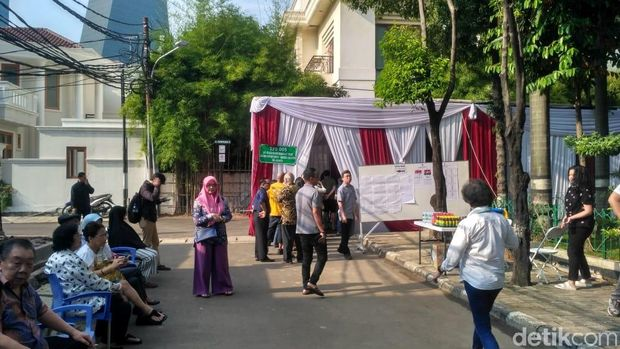 Situasi di TPS 005 Kuningan, Jakarta Tempat Luhut Nyoblos