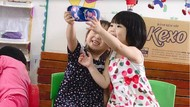Gemes Banget! Viral Video 2 Balita Pura-pura Selfie Pakai Sandal
