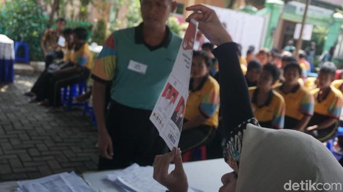 Pengidap gangguan jiwa menggunakan hak pilihnya di panti sosial (Foto: Khadijah Nur Azizah/detikHealth)