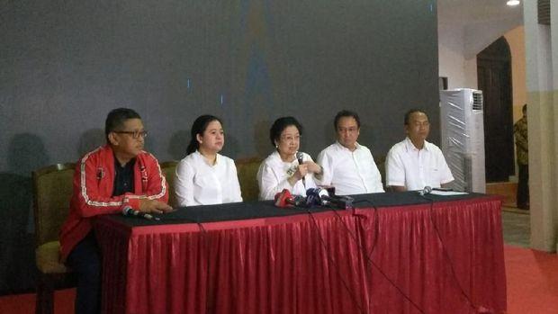 Megawati jumpa pers ditemani prananda, puan maharai dan hasto kristiyanto