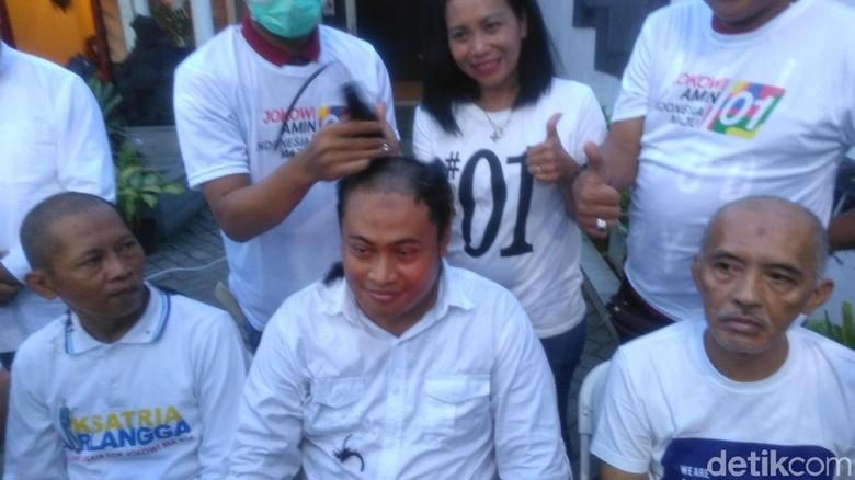 Jokowi Unggul di Quick Count, Relawan di Surabaya Cukur Gundul