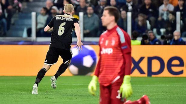 Donny van de Beek menyamakan kedudukan menjadi 1-1.