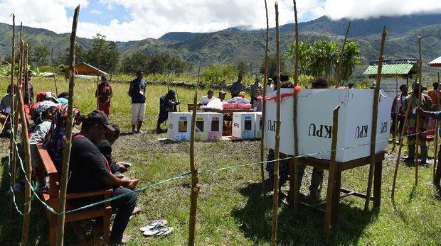 Suasana pemungutan suara Pemilu 2019 di Distrik Libarek Wamena, Jayawijaya, Papua, Rabu (17/4).