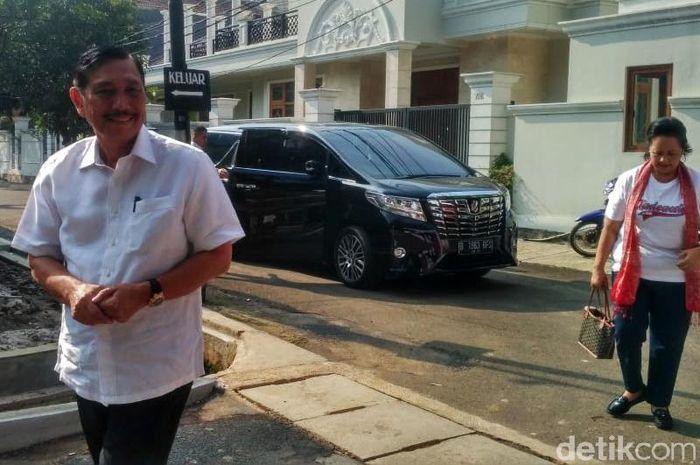 Luhut didampingi istri, Devi Pandjaitan tiba di TPS 005 Jalan Denpasar IV, RW 02, Kelurahan Kuningan Timur, Kecamatan Setiabudi, Jakarta Selatan, Rabu (17/4/2019).