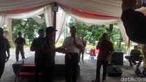 Cek TPS di Jakarta, Anies Nyanyi Bareng Warga di Taman Suropati