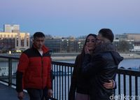 Salah satu pasangan yang mengikat janji di jembatan ini (Wahyu Setyo/detikcom)