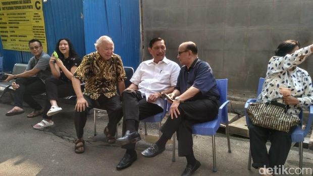 Luhut Nyoblos Bareng Keluarga di TPS Kuningan Jakarta