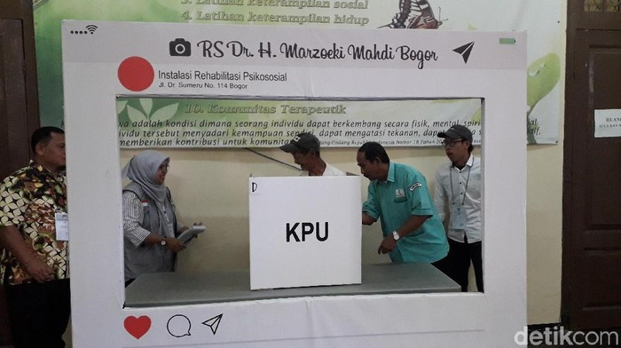 Sejumlah pengidap gangguan jiwa di RS Jiwa Marzoeki Mahdi menyalurkan hak suara dalam Pemilu 2019 (Foto: Rosmha/detikHealth)