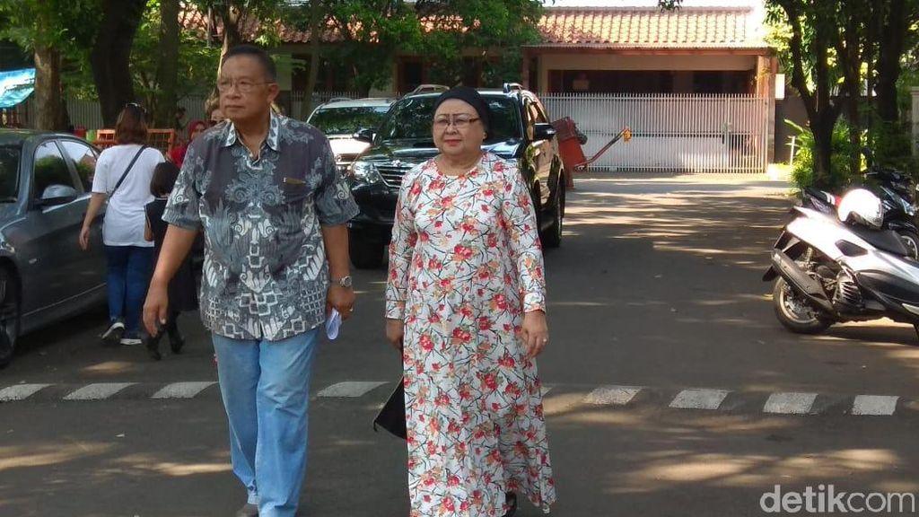 Pakai Batik dan Celana Jin, Darmin Nyoblos Bareng Istri di Pancoran