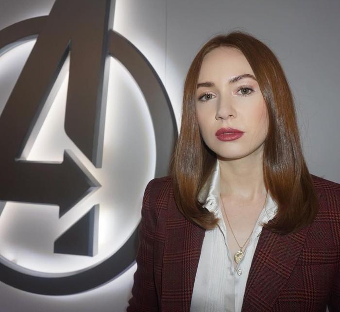 Inilah penampilan Karen saat sedang konferensi pers Avengers: Endgame. Di Indonesia, film buatan Marvel Studios ini direncanakan tayang 24 April 2019. Foto: Instagram karengillanofficial