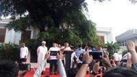 Prabowo konferensi pers di depan kediamannya terkait hasil quick count (