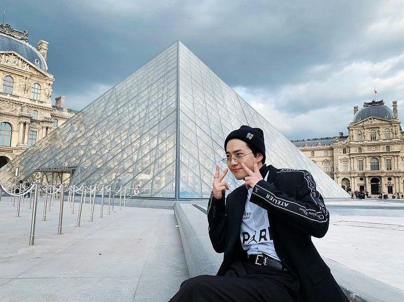 Baru-baru ini, Suho memposting liburan terbarunya di Prancis. Ia kembali berkunjung ke Museum Louvre dan berfoto dengan imut. (kimjuncotton/Instagram)