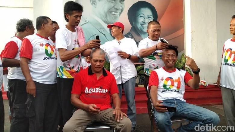 Yakin Jokowi Menang, Relawan di Semarang Ramai-ramai Cukur Gundul