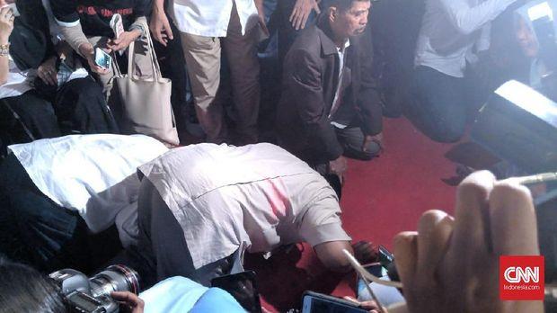 Prabowo sujud sukur kemenangan versi survei internalnya.