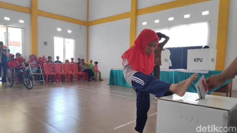 Antusias Puluhan Penyandang Disabilitas Mencoblos di Makassar