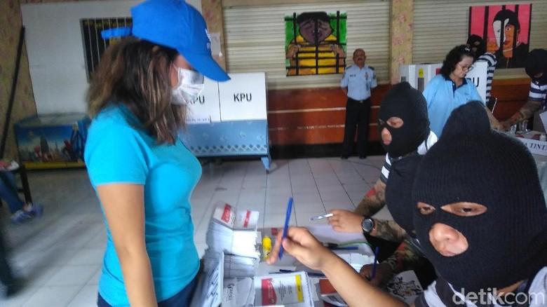 Kenakan Topi dan Masker, Vanessa Angel Nyoblos di Rutan Medaeng