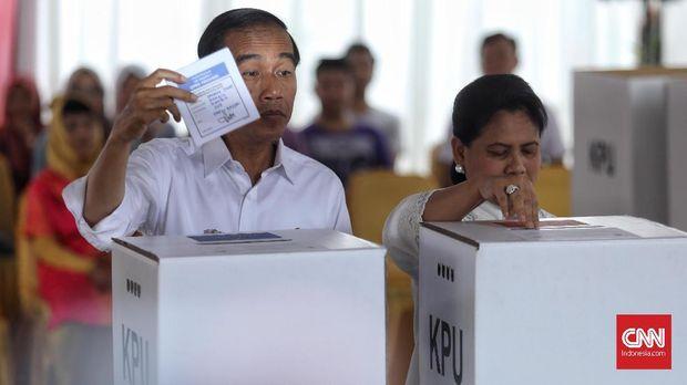 Capres petahana Jokowi didampingi istrinya Iriana mencoblos di TPS 008, Gambir, Jakarta, Rabu (17/4).