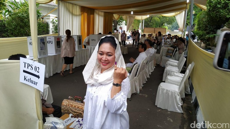 Nyoblos di TPS Cendana, Titiek Soeharto Kritik Kotak Suara Kardus