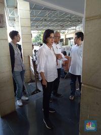 Berbusana Monokrom, Gaya Sri Mulyani Pakai Sneakers Saat Nyoblos
