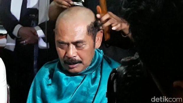 Wali Kota Solo, FX Hadi Rudyatmo cukur gundul.