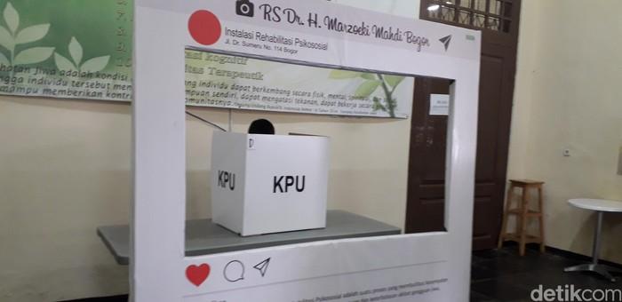 Nah yang ini ODGJ lagi nyoblos di bilik suara yang disediakan KPU dan KPPS Kecamatan Bogor Barat. Sama seperti masyarakat lain yang memberikan suaranya hari ini untuk memilih Presiden dan Wakil Presiden serta anggota legislatif. (Rosmha Widiyani/detikHealth)