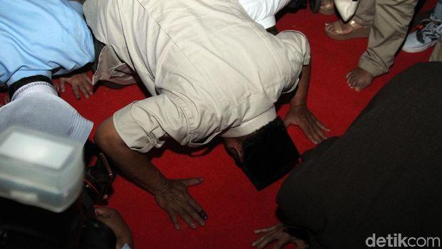 Prabowo Klaim Menang dan Sujud Syukur /