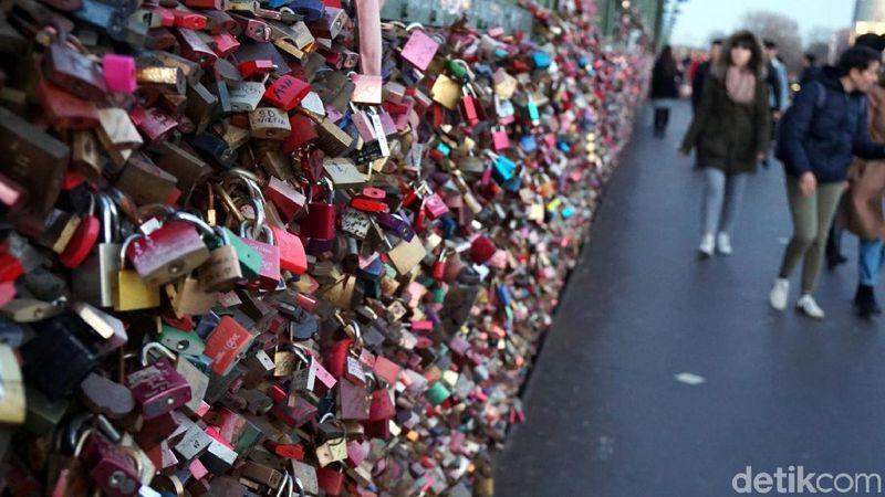 Ada banyak destinasi dengan mitos gembok cinta di dunia. Salah satunya ada di Kota Cologne, Jerman. Tepatnya di Jembatan Hohenzollern. (Wahyu Setyo/detikcom)