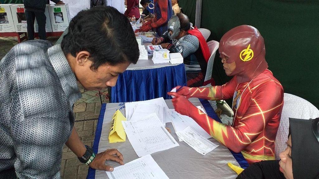 Saat Flash dan Kapten Amerika Layani Warga Surabaya Nyoblos