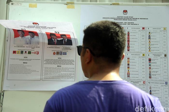 Sejumlah warga Gambir, Jakarta, terlihat masih antre untuk memenuhi hak suara di Pemilu 2019. TPS tersebut merupakan lokasi tempat Jokowi mencoblos.