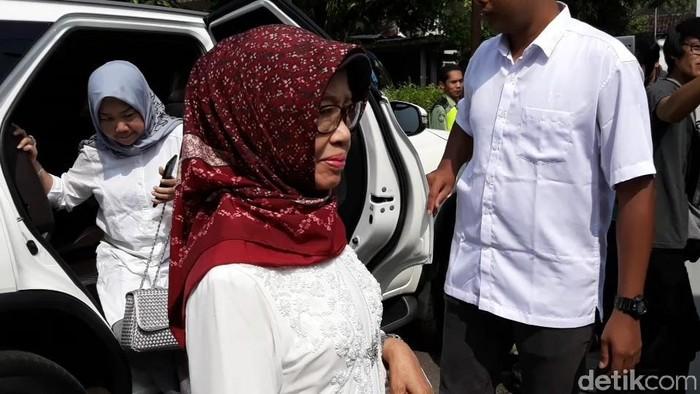 Ibunda Jokowi, Sujiatmi tiba di TPS, Solo, Rabu (17/4/2019).