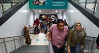 Suasana di Stasiun MRT Jakarta saat Ramai