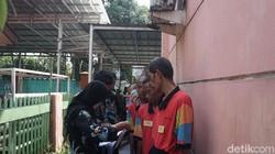 Warga binaan di Panti Sosial Bina Laras Harapan Sentosa 2 Cipayung, Jakarta Timur yang merupakan penyandang disabilitas mental ikut menyalurkan hak pilihnya.