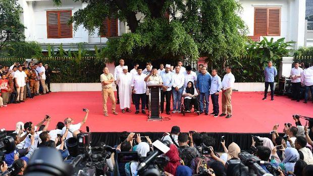Capres nomor urut 02 Prabowo Subianto (tengah) menyapa pendukungnya di depan kediamannya di Jl Kertanegara, yang juga jadi tempat orasi Eggi Sudjana.