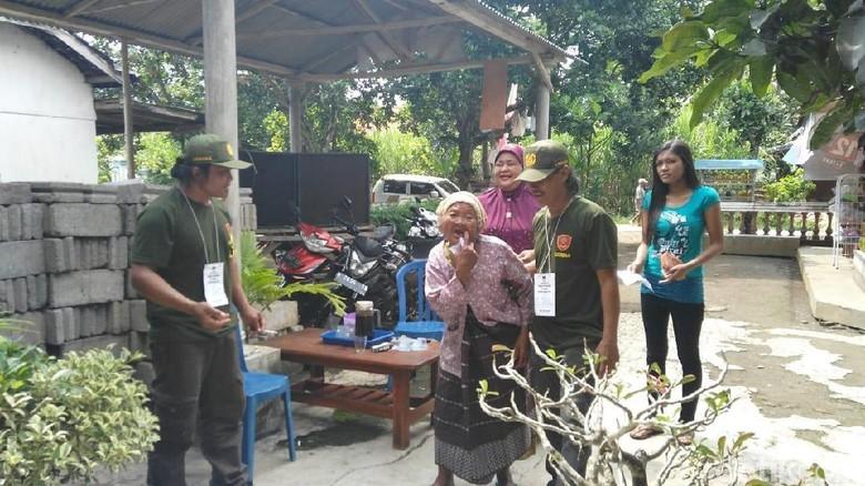 Cerita Nenek Supiah di Malang yang Jalan Tertatih ke TPS Demi Nyoblos