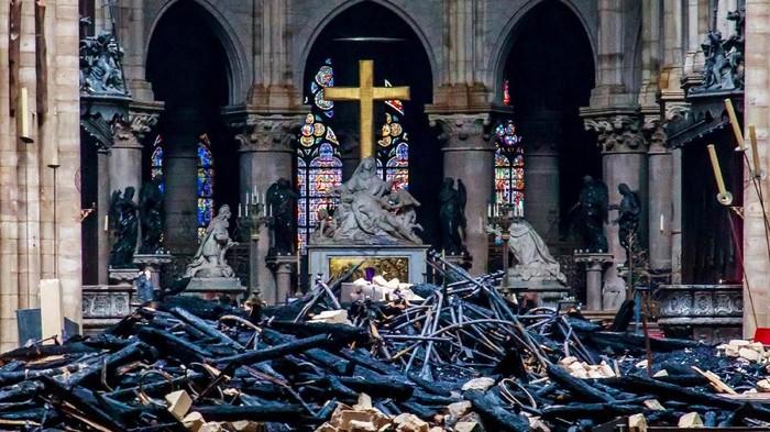Bagian dalam Katedral Notre-Dame yang terbakar (Christophe Petit Tesson/Pool via REUTERS)