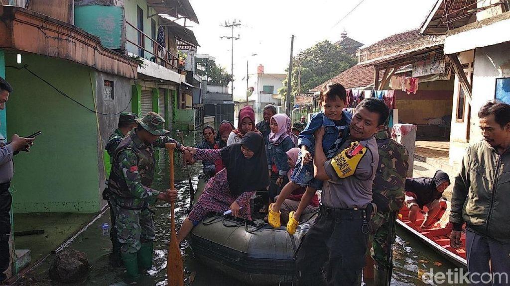 Aparat Siapkan 15 Perahu Bantu Korban Banjir Bandung ke TPS