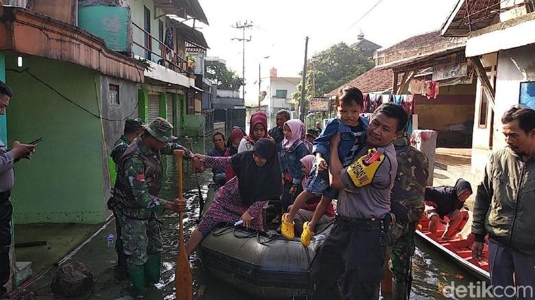 Pakai Perahu ke TPS, Warga Bandung Korban Banjir Antusias Mencoblos