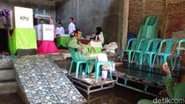 Warga Demak Tetap Semangat Nyoblos Meski TPS Banjir