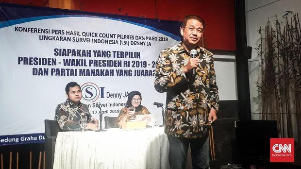 Founder LSI Denny JA mengumumkan pasangan nomor urut 01 Jokowi-Ma'ruf Amin unggul dalam exit poll, Rabu (17/4).