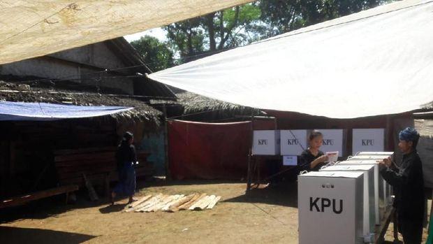 Warga mendatangi 27 TPS di kawasan adat Baduy.