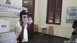 Grogi Diliput Wartawan Saat Nyoblos, Pengidap Gangguan Jiwa Tersipu Malu