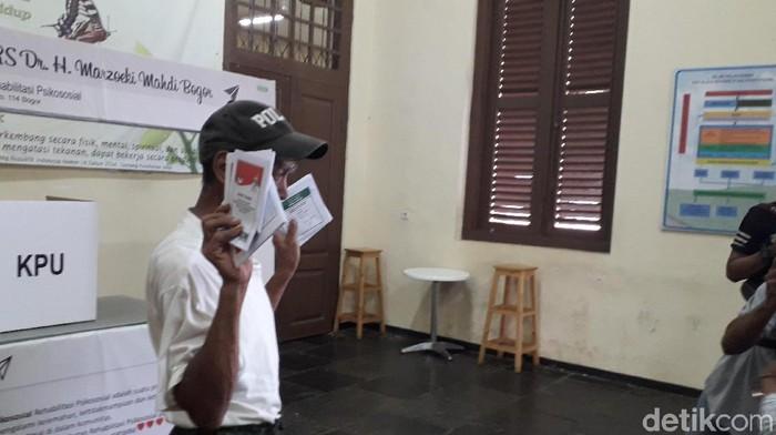 Seorang pengidap gangguan jiwa menggunakan hak pilihnya (Foto: Rosmha/detikHealth)