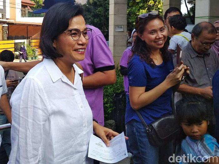 Menteri Keuangan Sri Mulyani Indrawati menggunakan hak pilihnya di TPS 077 RT 02/10, Jalan Mandar Sektor 3A, Bintaro Jaya, Tangerang Selatan, Banten. Hendra Kusuma/detikcom.