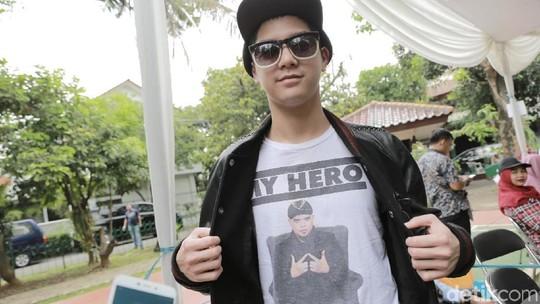 Nyoblos Prabowo, Al Ghazali Kenakan Kaus Ahmad Dhani My Hero Lagi
