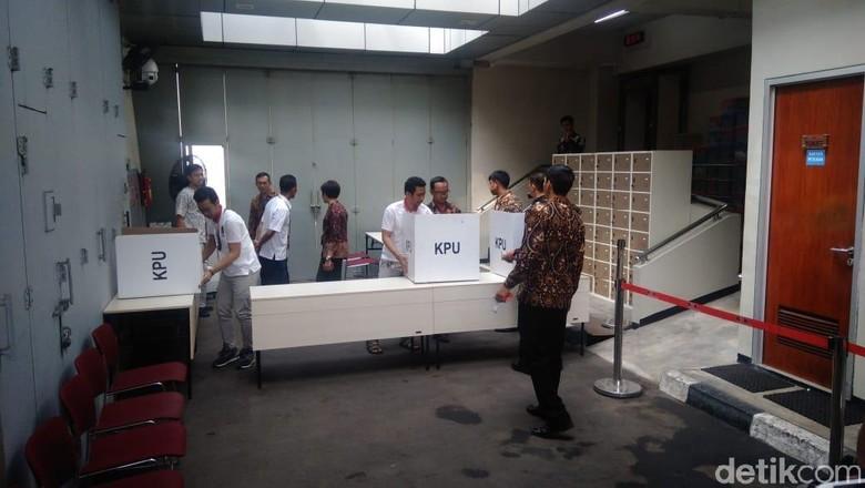 Pencoblosan di Rutan KPK: Ada Acungan Jempol, Ada Teriakan Prabowo!