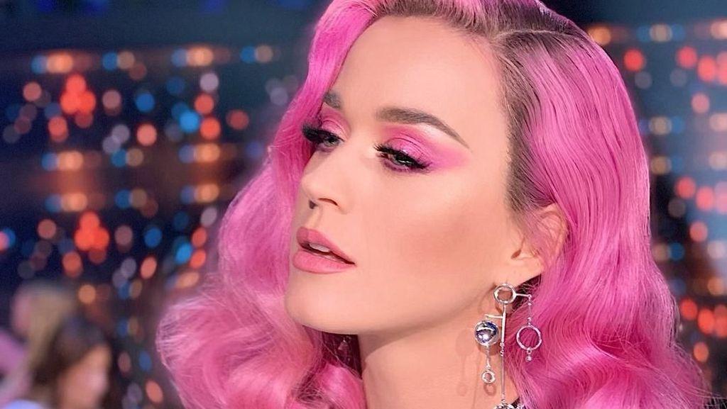 Cantiknya Katy Perry dengan Makeup Serba Pink
