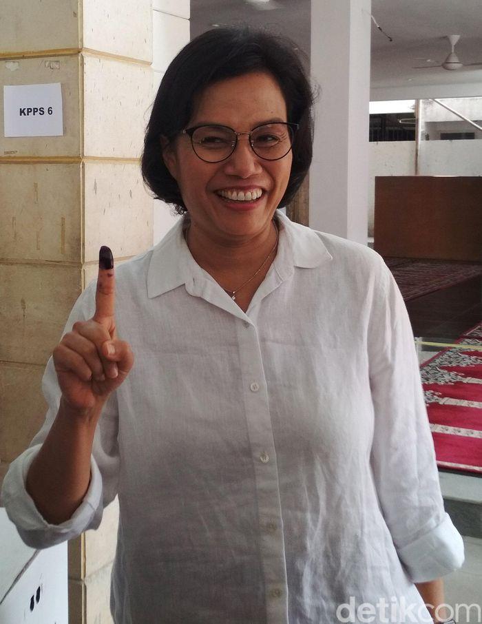 Menteri Keuangan Sri Mulyani Indrawati mencoblos dengan mengenakan kemeja putih. Hendra Kusuma/detikcom.