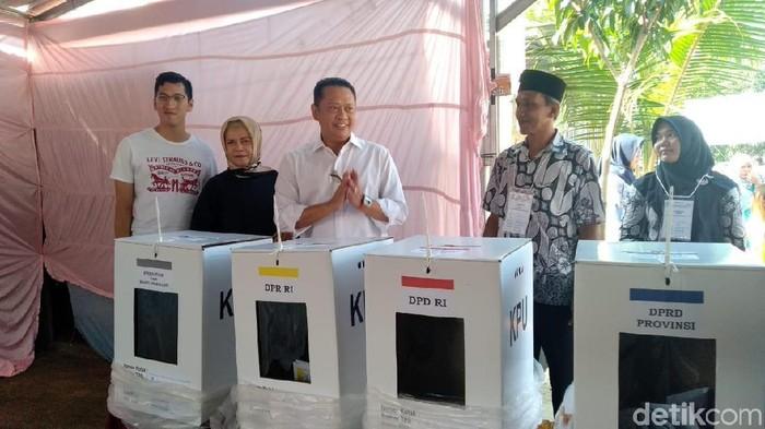 Bambang Soesatyo nyoblos di Purbalingga (Foto: Bayu Ardi Isnanto/detikcom)