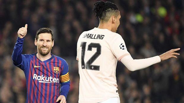 Chris Smalling gagal membendung permainan Lionel Messi.